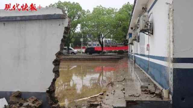 暴雨来袭,南京这个派出所自砸围墙将积水引入院内