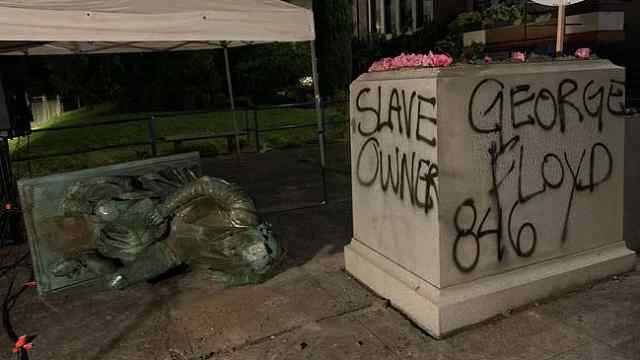 美国国父杰斐逊像遭推倒被喷涂奴隶主,当地居民:象征性事件