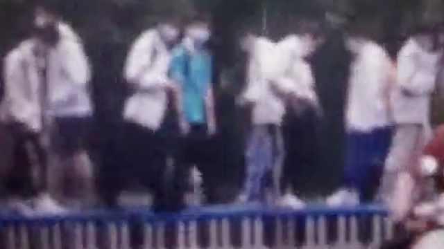暴雨后学校积水达30厘米, 老师用凳铺200米长路防学生湿脚