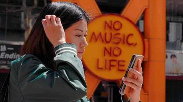 日本大和市立法禁止走路玩手机:公共场所用手机应该站着不动