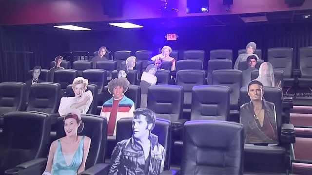 美国电影院座位摆纸片明星隔离观众,民众仍担心看电影安全