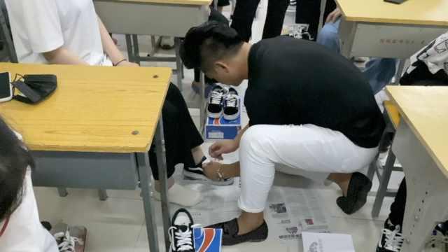 班主任花一个月工资送108名毕业生新鞋:让他们走得有仪式感