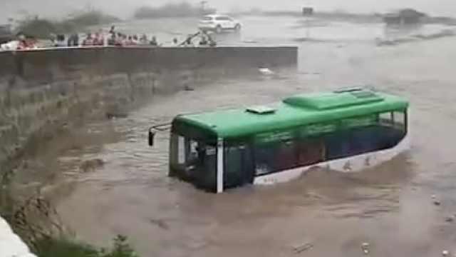张家界桑植遭暴雨袭击,公交车水中漂摇小车被没顶