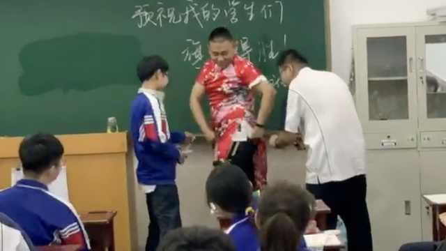 男老师穿旗袍祝高考生旗开得胜,让学生1人剪1刀:叉越高分越高