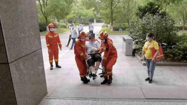 男孩坐轮椅参加高考,消防连人带轮椅抬进考场