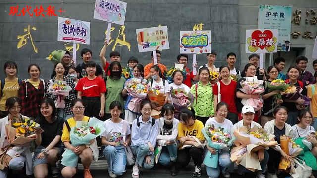 江苏纯体育艺术考生高考结束,考场外燃情合唱《少年》