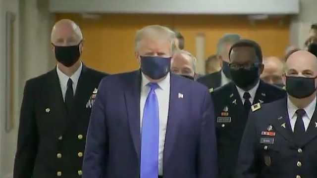 特朗普首次在公共场合戴口罩,曾说自己戴上像