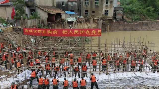 湖北黄梅一河堤塌方,500名武警官兵喊号子抢险