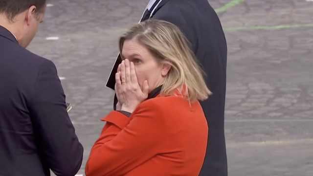 法国女部长下车后发现没戴口罩,惊慌奔跑捂脸