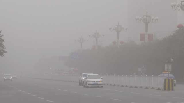 新疆库尔勒遭遇特强沙尘暴,能见度不足百米