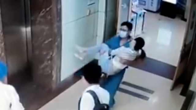 医生抱着患者1分钟跑下4楼送急诊:抢救及时女子脱险