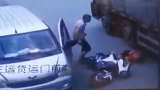 监拍:路边面包车突然开门,骑手被撞后遭大货