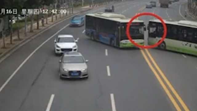 岳阳两公交司机马路中间占道递槟榔,所属公司