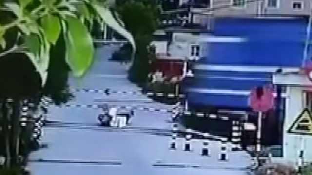 监拍:女子骑车横穿铁道口遭火车撞伤,多处骨