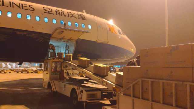 实拍重庆包机援疆:客舱无一乘客,运送7吨核酸