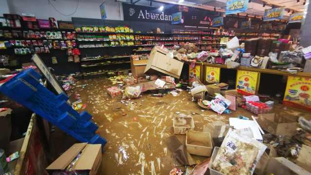 洪水来袭超市被淹老板娘半夜哭醒:慢慢重建,弥补损失
