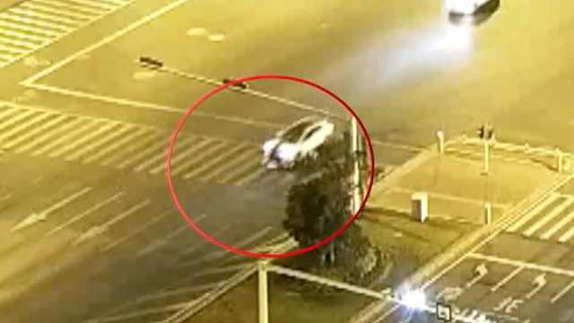 监拍:电动车闯红灯被压车底,与地面擦出一道火花