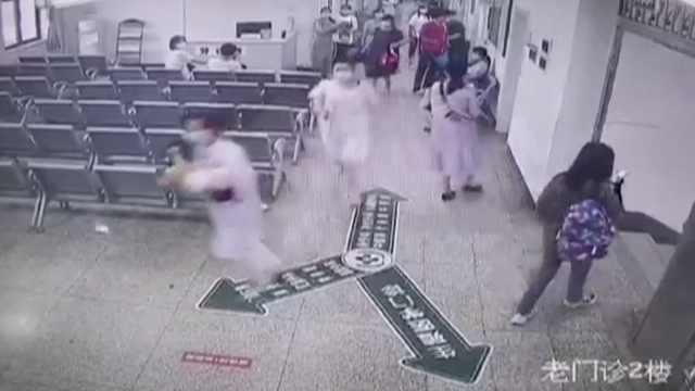 2岁孩子突发惊厥家属慌乱,护士抱起百米飞奔送急诊