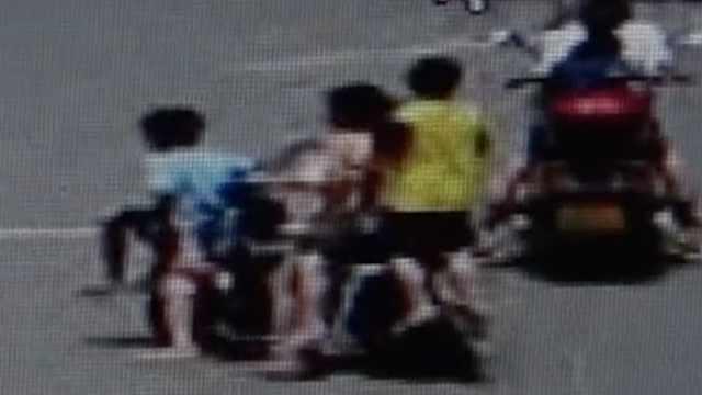 5个小孩骑一辆共享电车闹市穿行,警方批评教育