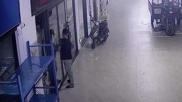 男子3天偷盗50多家商铺,监控拍下全程