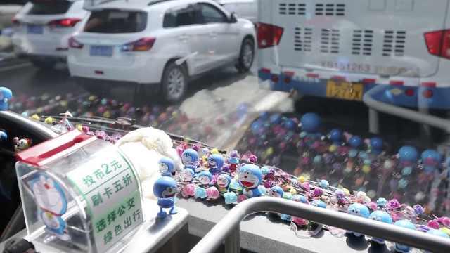 公交司机买500个哆啦A梦装扮车厢,家长专程带娃来坐车
