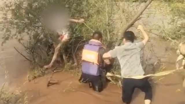 别把生命当儿戏!男子跳黄河又后悔抱树枝求生,众人齐救上岸