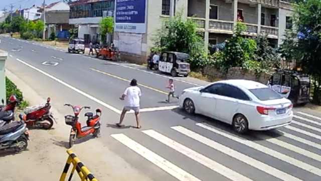 痛心!3岁男童飞奔过马路被撞飞20米,家长目睹