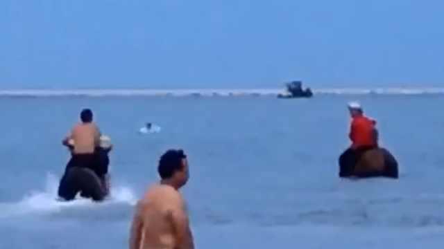 12岁男孩被海浪卷走,三男子骑马冲进海里救人