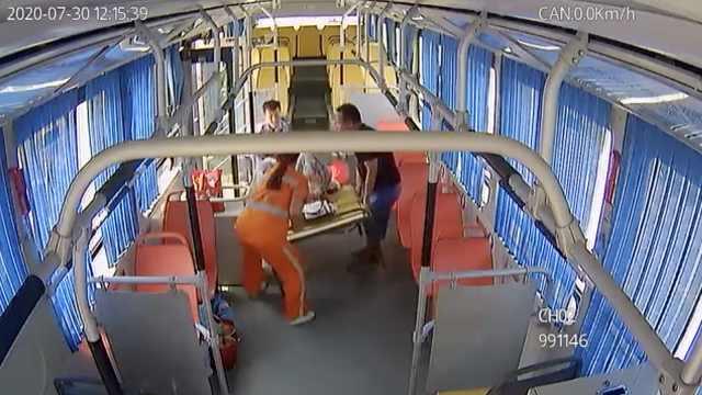 孕妇公交车上肚子疼到公厕产子,众人连人带床抬上车送医