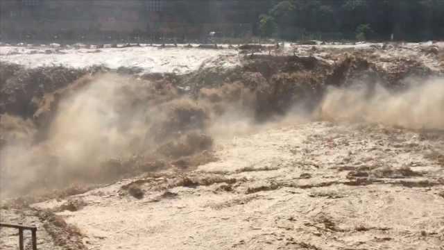 """黄河壶口瀑布现入汛以来最大流量,形成""""水岸齐平""""壮美景观"""