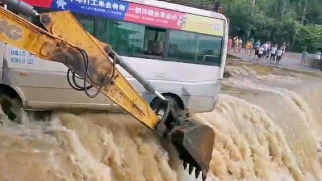 村民回应洪水中用挖机挡住客车:客车掉下去自己会后悔一辈子
