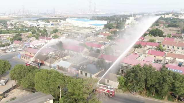 高空全覆盖!29台消防车增援大连湾消杀