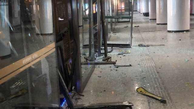 官方回应武汉地铁站台门被撞碎:施工设备侵限,现正常运营