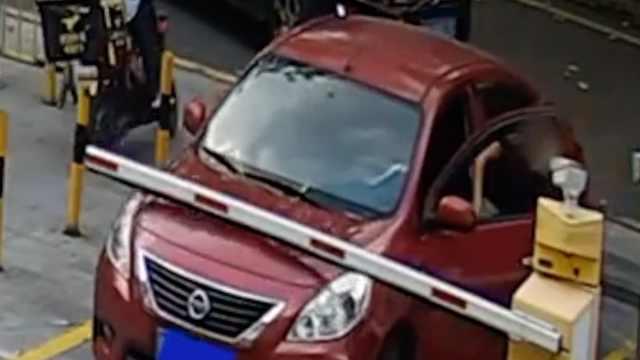 监拍:女子顾着打电话下车忘拉手刹,车门回弹瞬间被撞晕