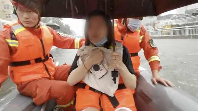 乘风破浪!新乡暴雨考生被困路边急求助,消防划船送行