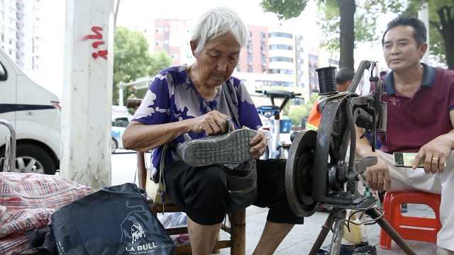 89岁老太街头补鞋31年:子女让休息,但放不下这