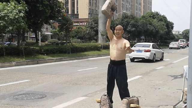 """60岁大爷穿216斤""""石头鞋""""健身,手抡44斤石锁,"""