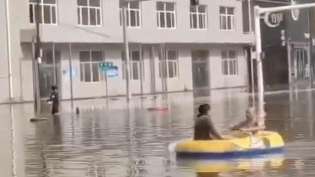 保定突降暴雨市民划船上街,部分路面塌陷车被