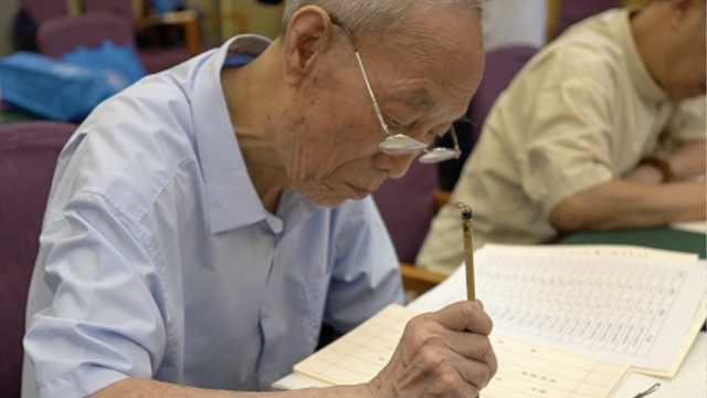 85岁老教授14年手写录取通知书,10人一周完成4