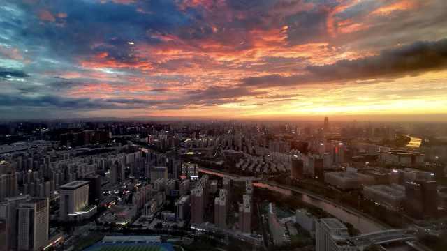 郑州傍晚现绝美火烧云,染红天际宛如仙境