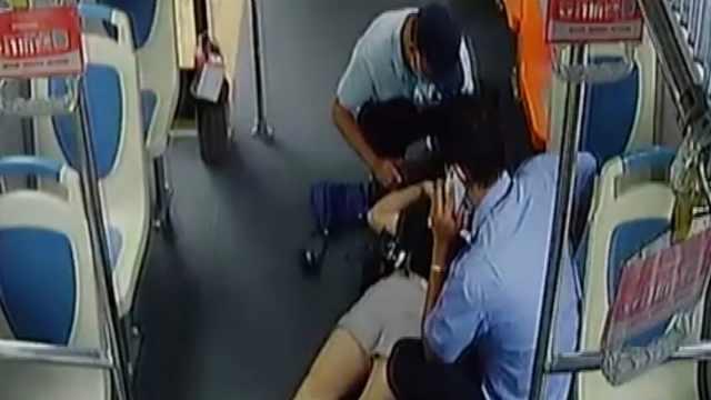 监拍:女子在公交车上两次晕厥,乘客掐人中施救
