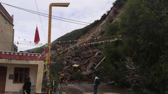 四川小金一国道山体塌方泥石倾泻,村民吓得捂