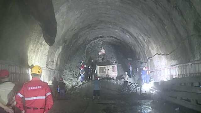 云南玉磨铁路一隧道发生坍塌事故,已打通通风孔被困4人安全