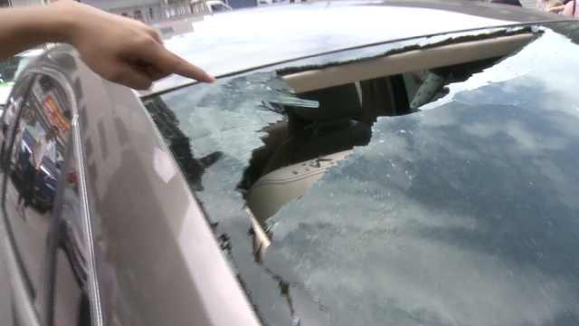 """重庆一停车场下""""玻璃雨""""砸了9辆车,疑高楼住户窗户掉落"""