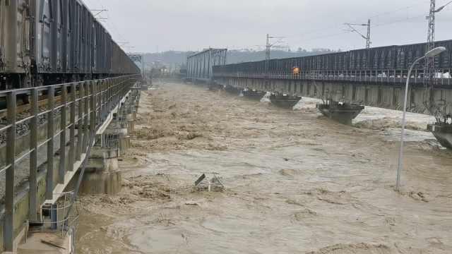 """8100吨火车开上涪江大桥,宝成铁路再现""""重车压"""
