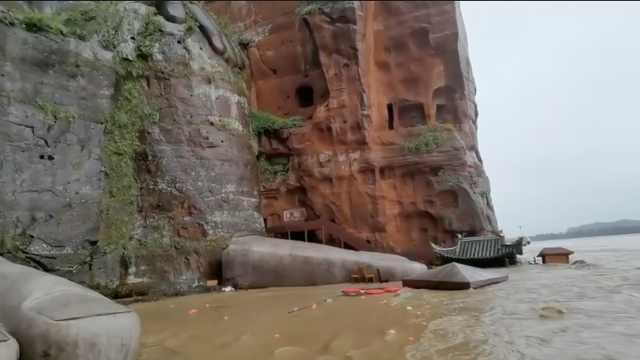 岷江水暴涨快淹到乐山大佛脚背,乐山部分景区暂停接待游客
