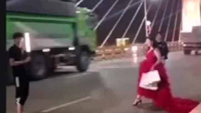 新人大桥车流中拍婚纱照,路人:行为危险害人