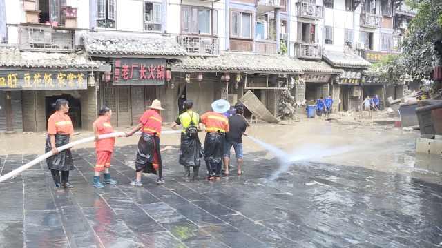 实拍重庆网红景点磁器口洪崖洞清淤,数百人上街组队清理消杀