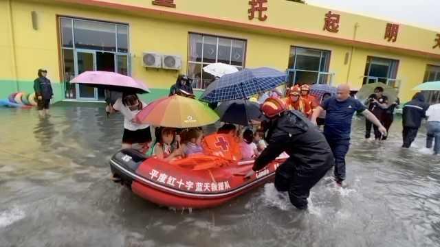 青岛受台风影响暴雨积水深1.5米,幼儿园200多名