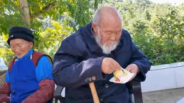 百岁老人分蛋糕吃独食不和老伴分享,背后的原因很甜蜜